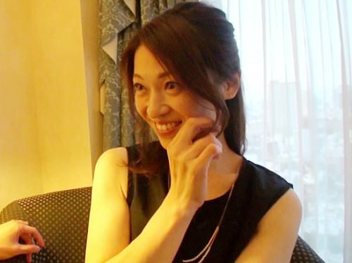 《四十路の人妻熟女》「興奮してくれる?♥♥」美人過ぎるおばさん初撮り!スレンダー美乳おっぱい美魔女がAV女優に!!