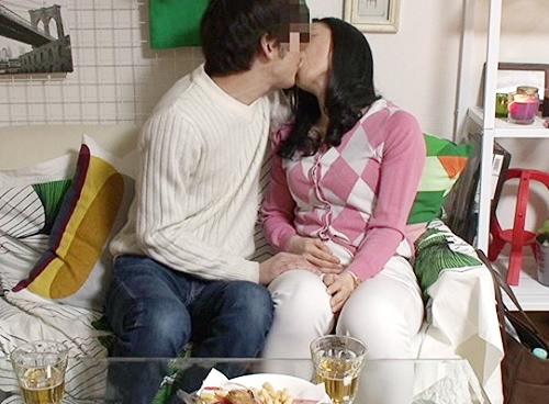 《五十路の人妻熟女》「あぁ♥私も興奮するぅ♥」ムチムチ巨乳おっぱいおばさんが若い男に迫られ膣内射精セックスしちゃうw
