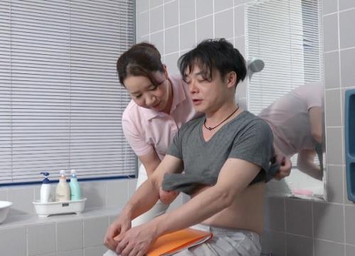 《人妻熟女な介護士》「では、やりますね…」入浴介助の研修中にムチムチ巨乳おっぱいの素人おばさんが口説かれてマンコ開くw