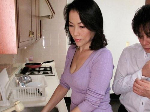 《五十路の人妻熟女》「挿れてっ♥♥」性欲の強いスレンダー巨乳おっぱい・垂れ乳が卑猥なおばさんが息子チンポに堕ちる!!