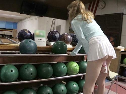 《金髪外人の野外露出》「バイブ凄いぃ♥」スレンダー美乳おっぱいイタリア娘がボーリング場でノーパンミニスカで調教SEX!
