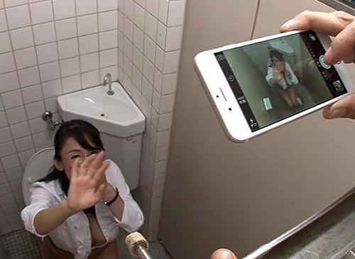《おばさん女教師》「ちょっと何してるの!」トイレで自慰行為にふけってた垂れ乳・巨乳おっぱい人妻熟女先生を辱めるww