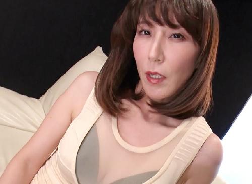 《人妻熟女》「中をドロドロにして…♥」スレンダー美魔女おばさんが濃厚フェラと濃厚ベロチューで濃厚SEX!|澤村レイコ