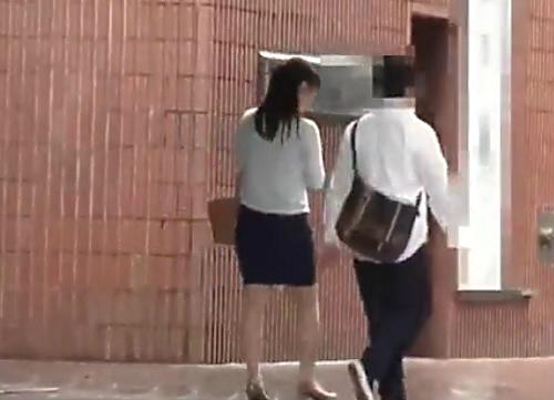 《三十路の人妻熟女》「ひぃぃ♥感じるぅ♥」メガネの巨乳おっぱいおばさんが童貞のフリした男に激ピス&膣内射精され痙攣ww