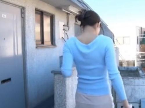《不倫NTR》「できてもいいからっ♥」スレンダー巨乳おっぱい団地妻が近所のオヤジにオナニーを覗かれ、膣内射精SEX!
